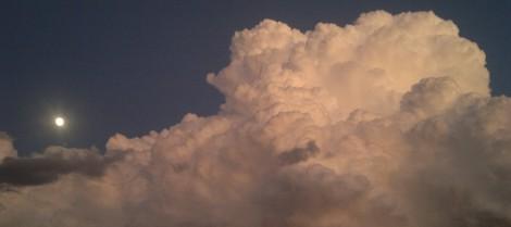 nubols i lluna plena